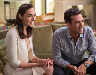 Gal Gadot y Jon Hamm son espías en el primer tráiler de 'Keeping Up with the Joneses'